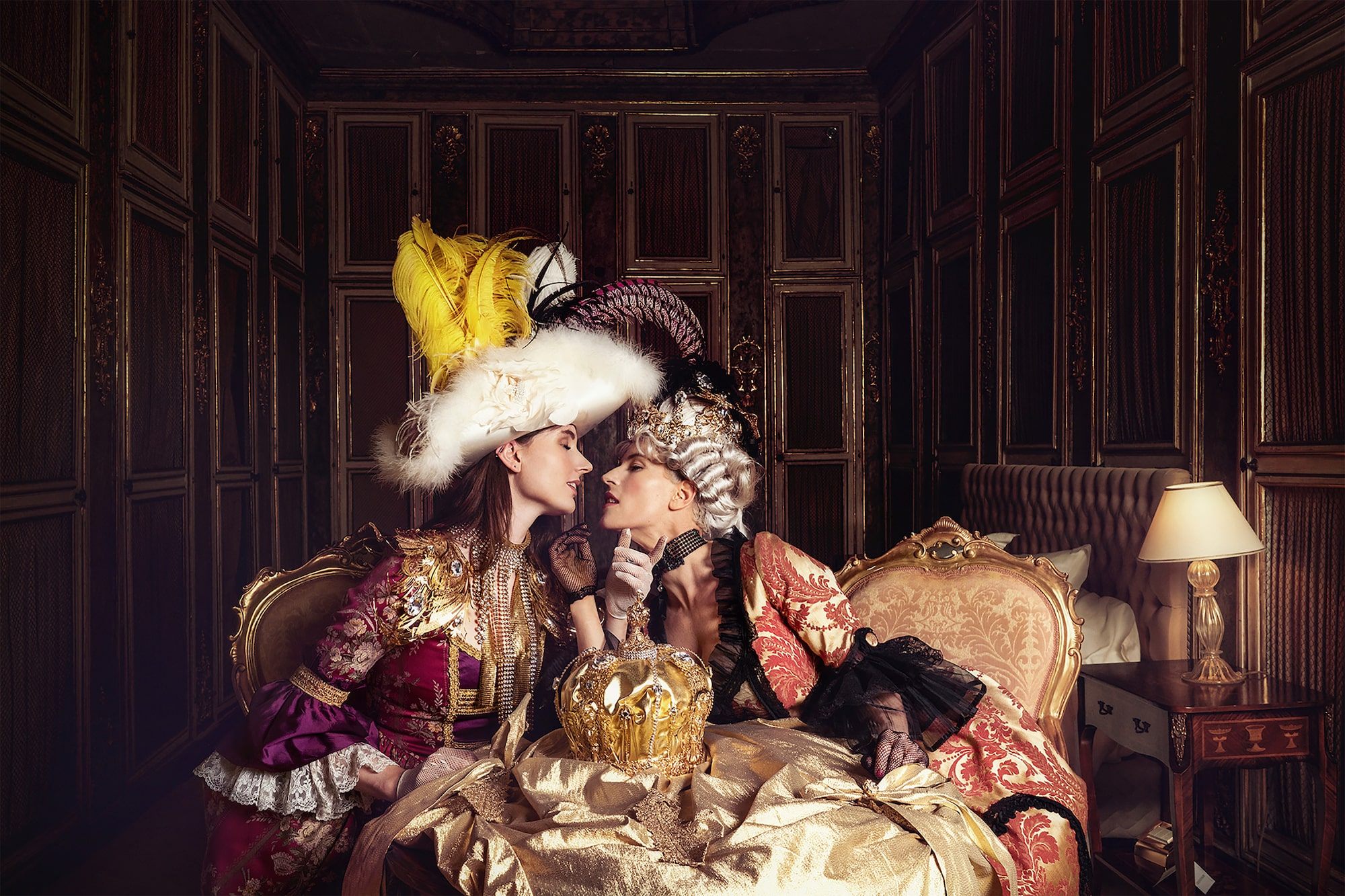 mathias kniepeiss sony alpha 7RIII 2 models dressed in venetian costume pretend to kiss