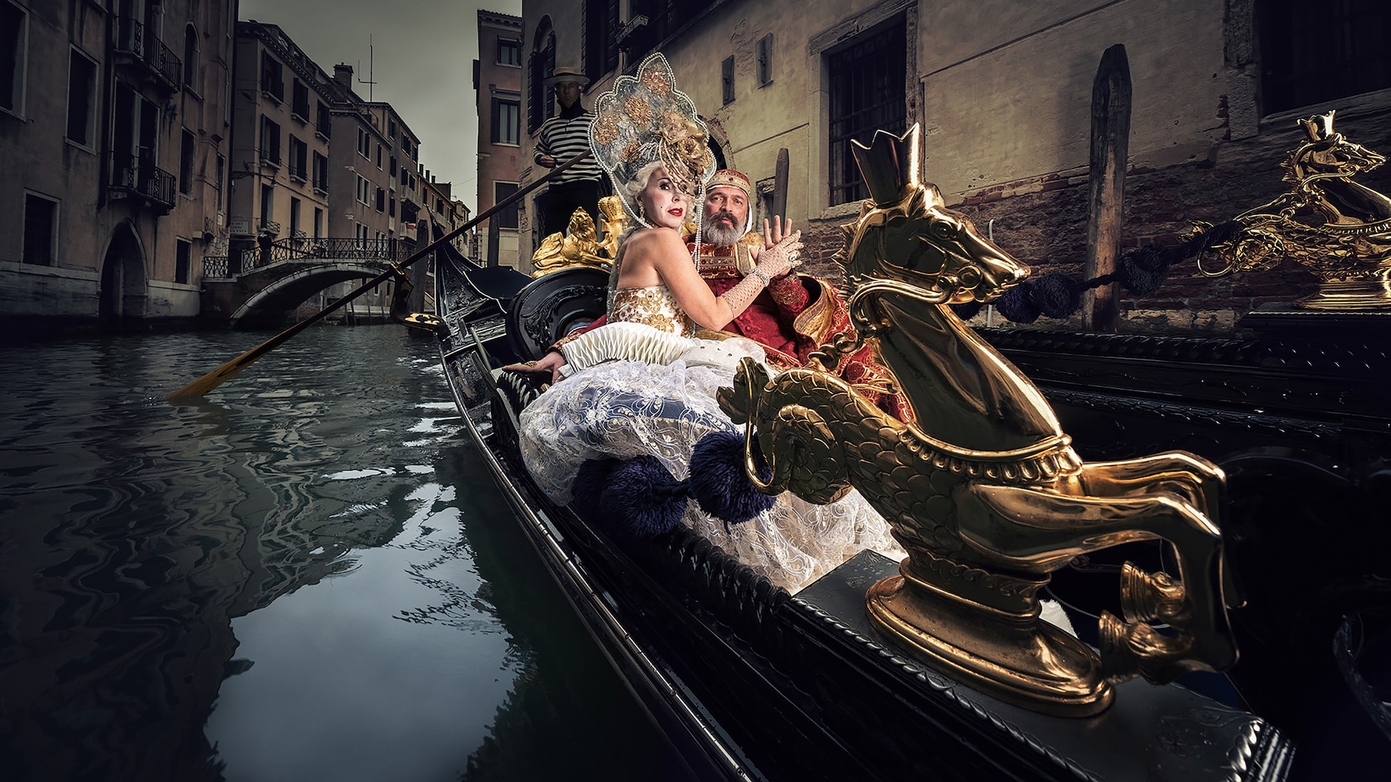 mathias kniepeiss sony alpha 7RIII costumed couple in a gondola holding hands