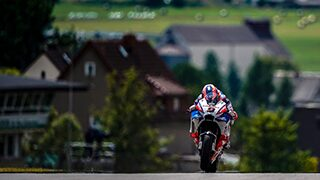 alex-farinelli-sony-alpha-9-motorcyclist-approaches-hill-at-high-speed