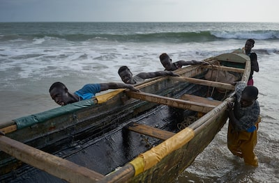 samuel aranda sony alpha 7RII senegalese fisherman pulling their boat out of the water