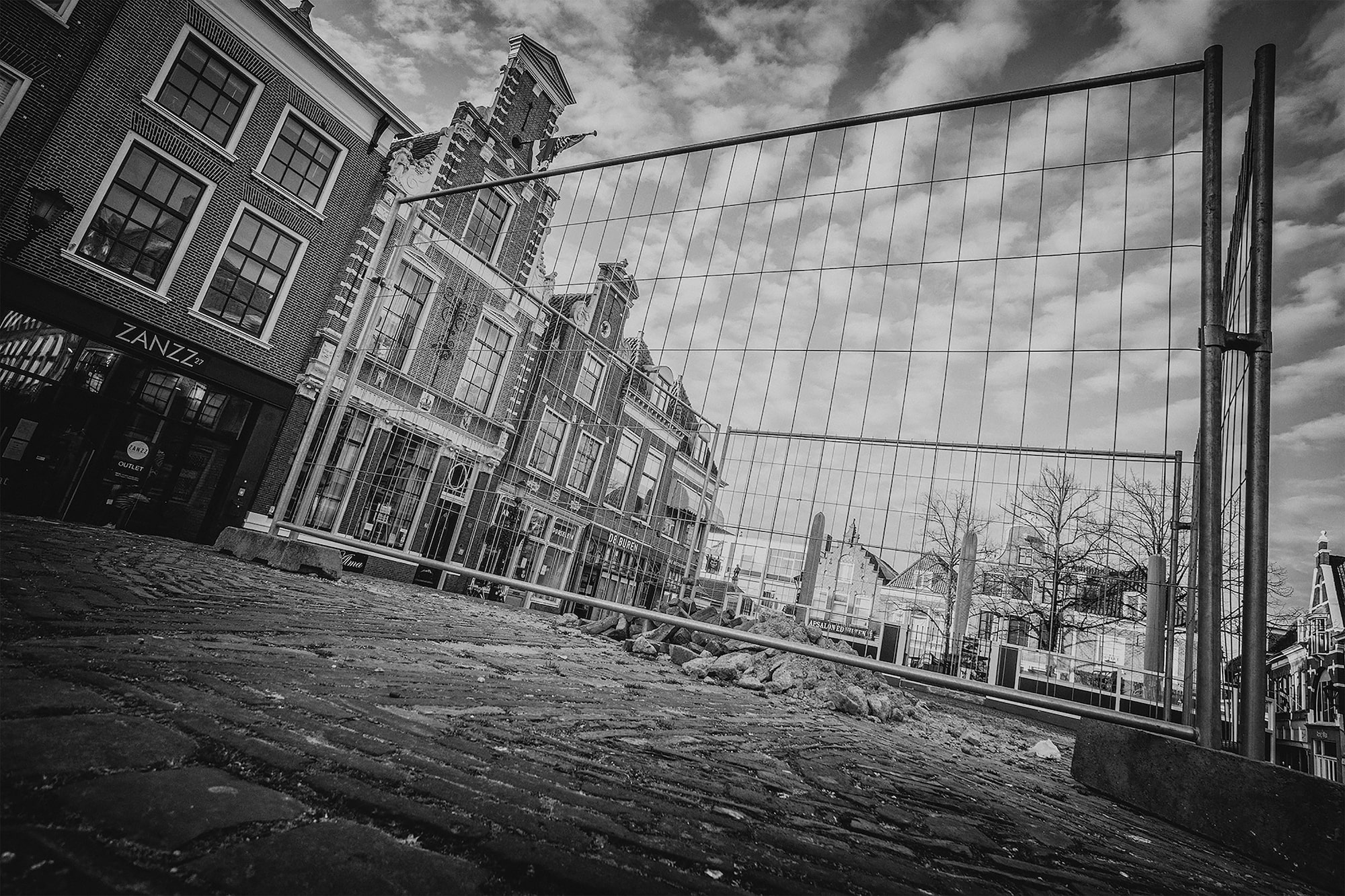 brendan de clercq sony alpha 6600 building work outside empty shops in amsterdam