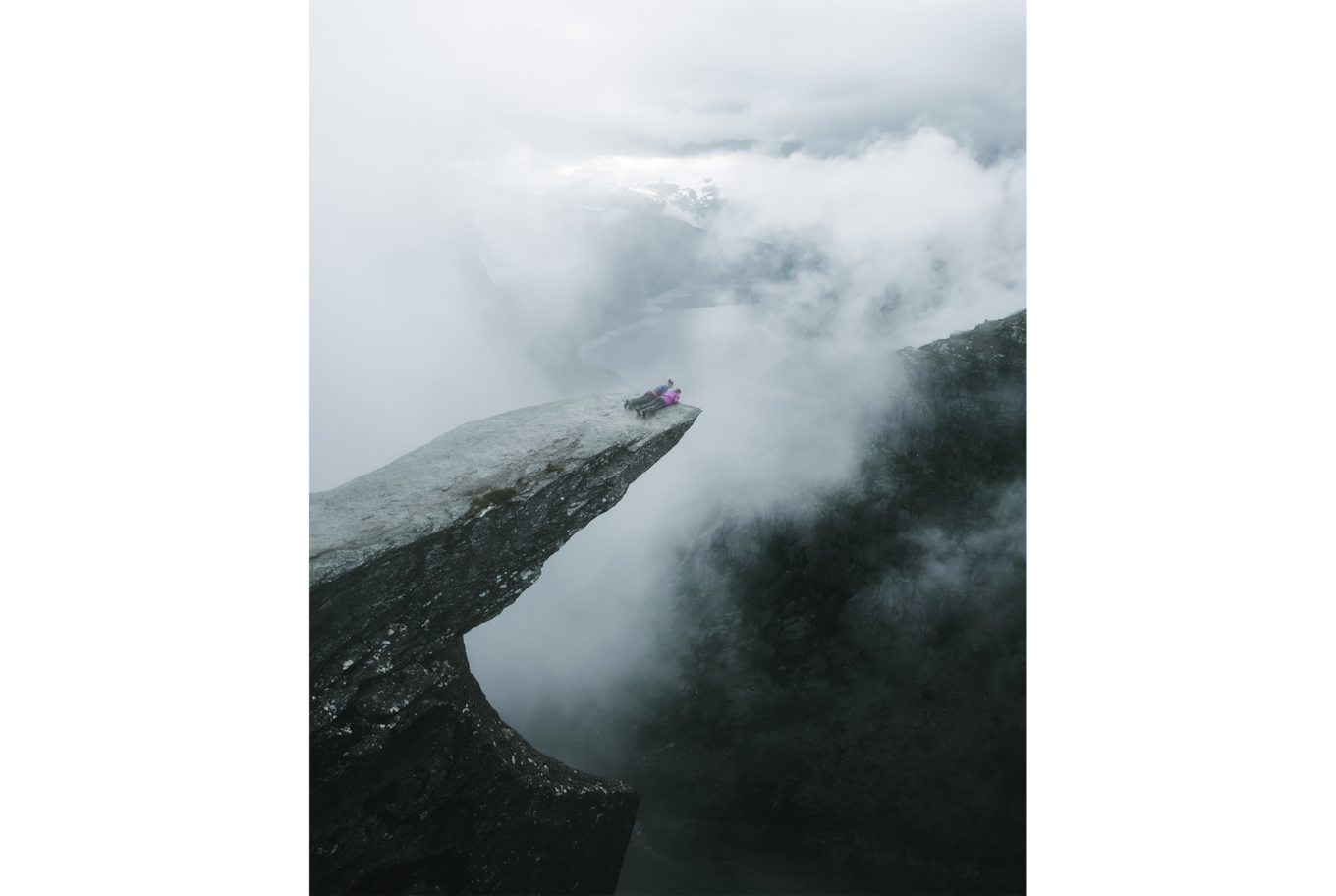 jack harding sony alpha 7r2 two people lay on the edge of a cliff in misty setting