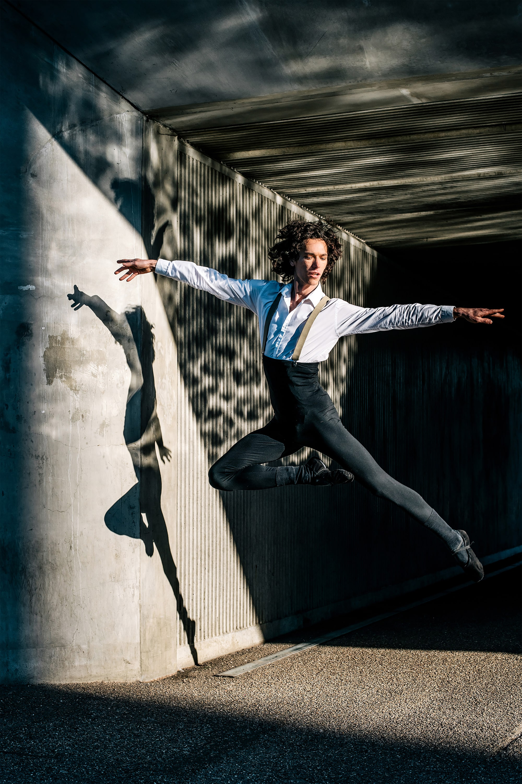 gabor erdelyi sony alpha 7RII dancer captured in mid air casting a strong shadow on the wall