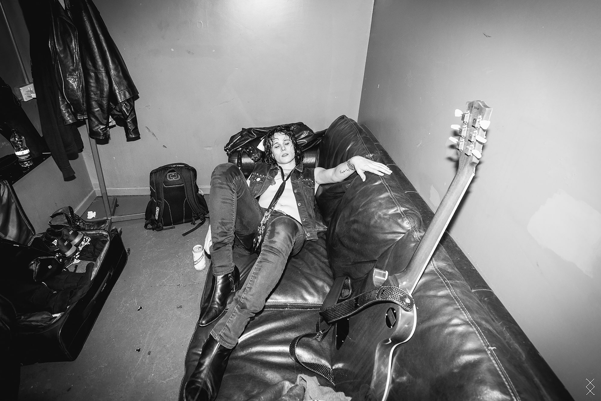 maaike ronhaar sony alpha 7SII tyler bryant collapsed backstage on a couch